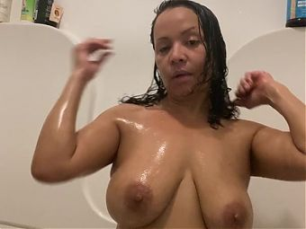 Mature Latina Anna Maria fun in the tub who wants to help