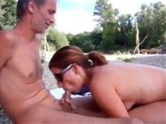 Cornuto filma la fidanzata mentre spompina uno sconosciuto.