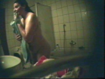 Meine Nicole heimlich im Bad nackt gefilmt
